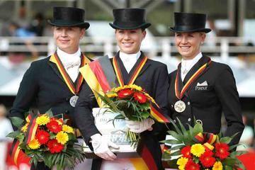 m-15-22-d2757.1-Damen GPS-Siegerehrung-Deutsche Meisterschaft-Isabell Werth-Kristina Sprehe-Jessica Werndl